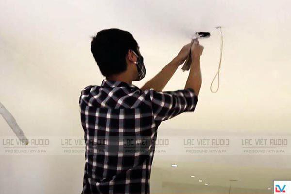Sử dụng khoan hoặc cưa để cắt trần thạch cao theo đúng khuôn đã vẽ