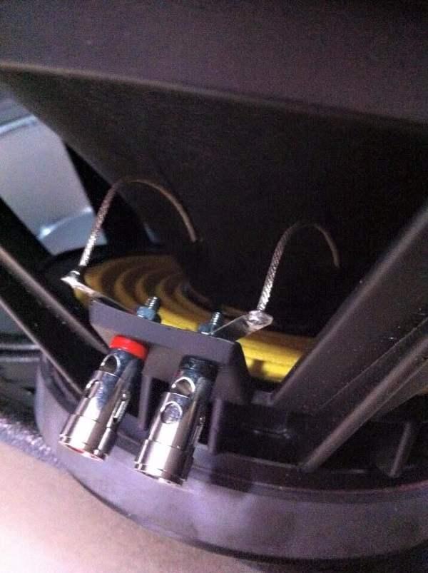 Mạng nhện bên trong bass loa Martin F15