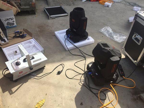Đèn sân khấu được lắp đặt và test cùng dàn âm thanh