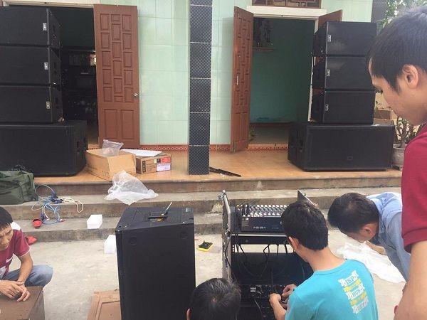 Nhân viên đưa thiết bị gắn vào tủ rack âm thanh 12U