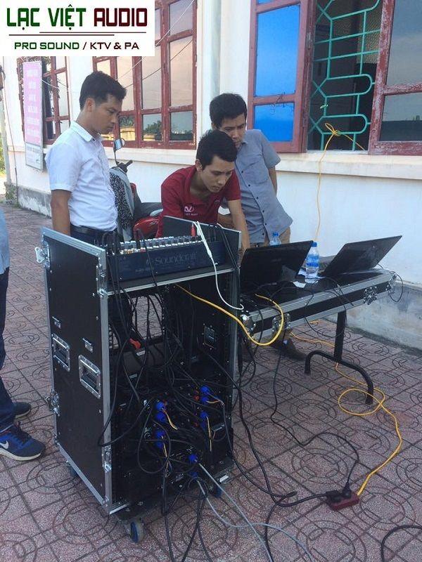 Sau khi setup xong kỹ thuật viên Lạc Việt hướng dẫn cán bộ sử dụng và bàn giao thiết bị