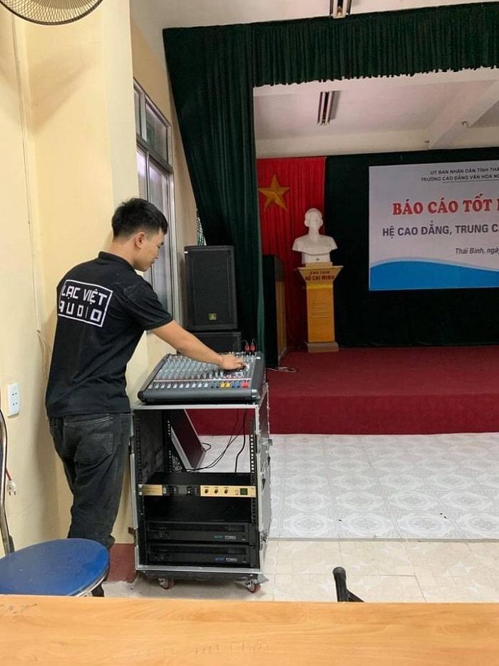 Kỹ thuật viên âm thanh Lạc Việt căn chỉnh chuyên nghiệp, bàn giao và hướng dẫn kỹ thuật