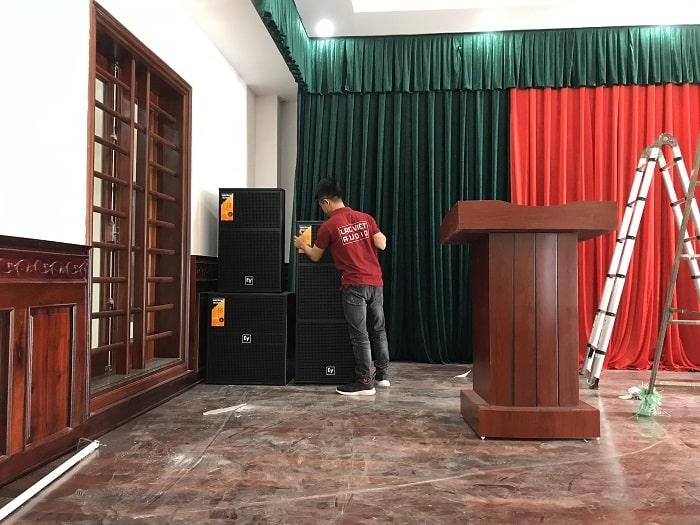 Kỹ thuật viên âm thanh vận chuyển tận nơi và lắp đặt chuyên nghiệp hệ thống loa trên sân khấu