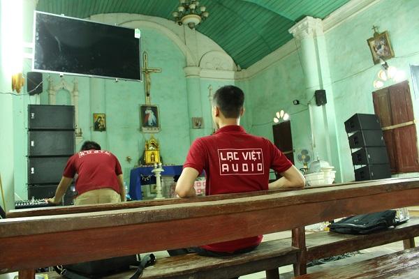 Kỹ thuật viên tiến hành căn chỉnh setup hệ thống âm thanh nhà thờ trước khi đưa vào sử dụng