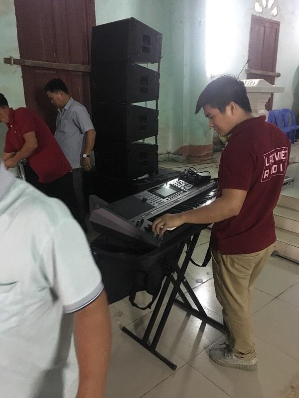Kỹ thuật viên âm thanh test các sản phẩm trước khi đưa vào sử dụng