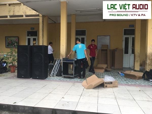 Nhân viên kỹ thuật Lạc Việt Audio tiến hành lắp đặt toàn bộ hệ thống âm thanh