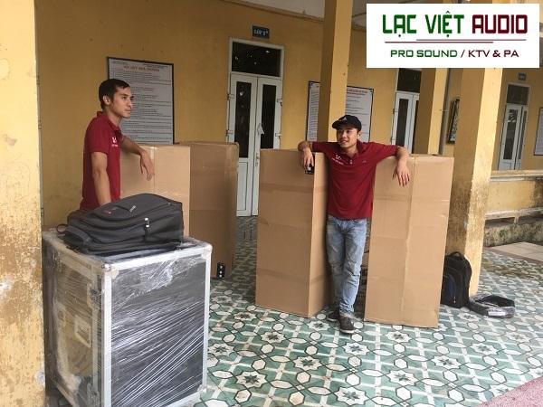 Hàng hóa được nhân viên Lạc Việt Audio vận chuyển đến tại địa điểm trường để lắp đặt