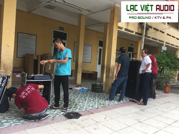 Nhân viên kỹ thuật Lạc Việt Audio làm việc dưới sự giám sát của cán bộ trường