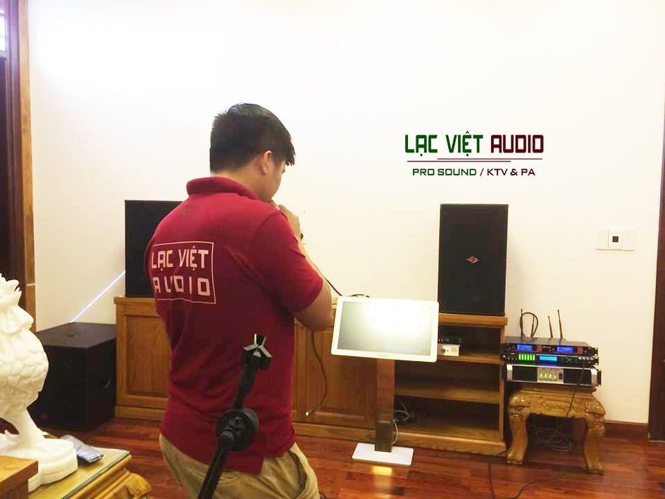 Kỹ thuật viên set-up hệ thống âm thanh