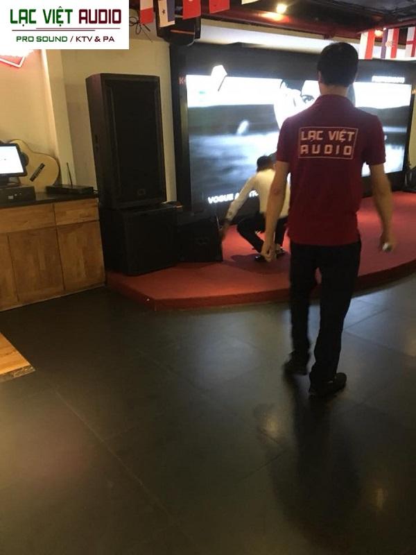 Nhân viên kỹ thuật triển khai lắp đặt âm thanh tại địa điểm nhà hàng