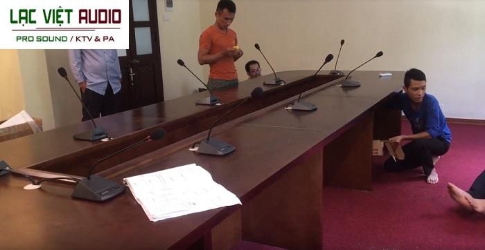 Nhân viên kỹ thuật Lạc Việt Audio triển khai lắp đặt tại phòng họp