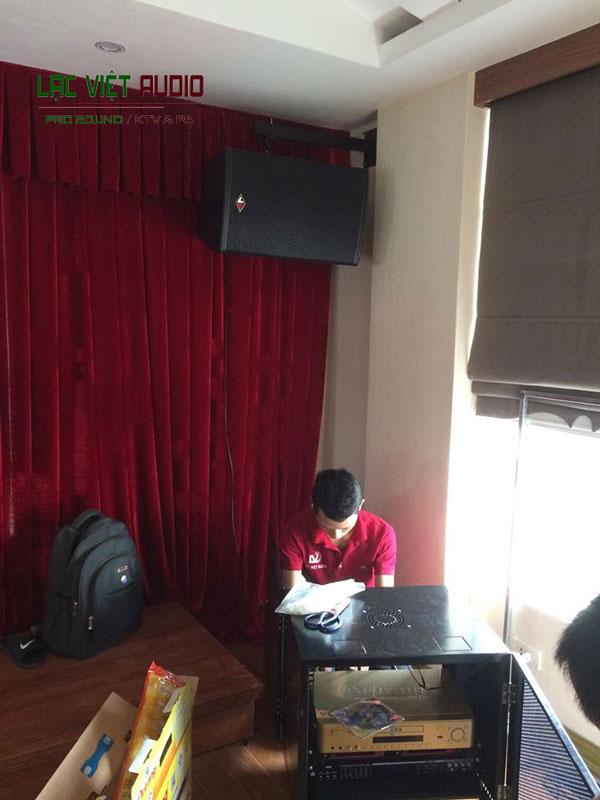 Kỹ thuật viên lắp đặt tủ âm thanh