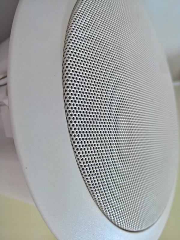 Mặt lưới thiết kế chi tiết của chiếc loa âm trần BLT BLT 355A