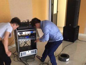Kỹ thuật viên lắp đặt dàn âm thanh hội trường
