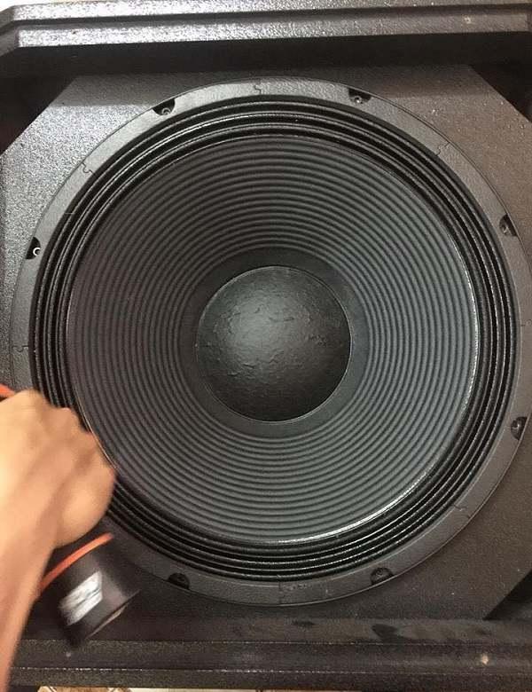Bass loa kích thước 50cm (18inch) của loa sub jbl STX818S