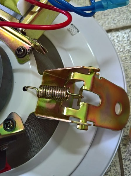 Kẹp kim loại rất dễ lắp đặt của chiếc loa âm trần DB TS 303