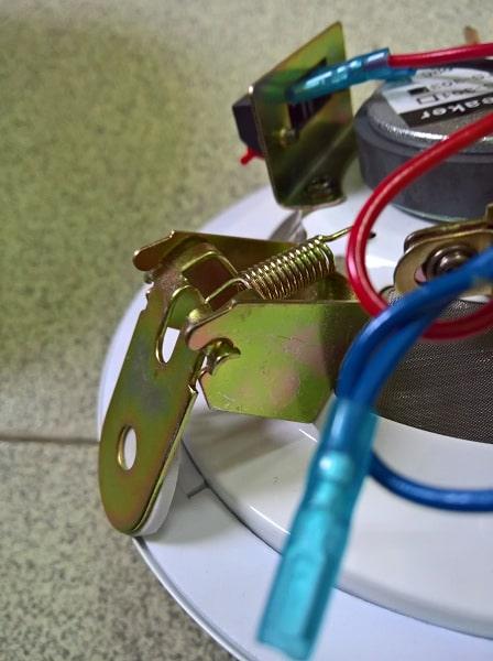 Chi tiết phần kẹp kim loại của sản phẩm
