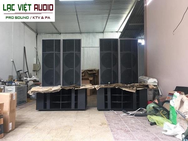 Dàn âm thanh loa đám cưới được lắp đặt và thử tại nhà anh Quang