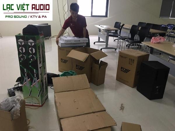 Hàng được vận chuyển đến nơi và bắt đầu đưa vào lắp đặt tại hội trường
