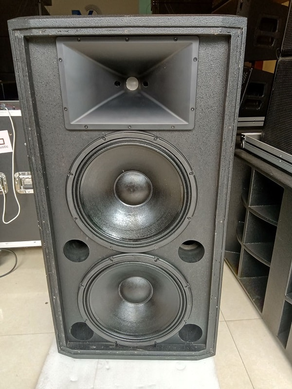 Chi tiết chiếc loa hội trường JBL 825 tại Lạc việt audio khi tháo mặt lưới