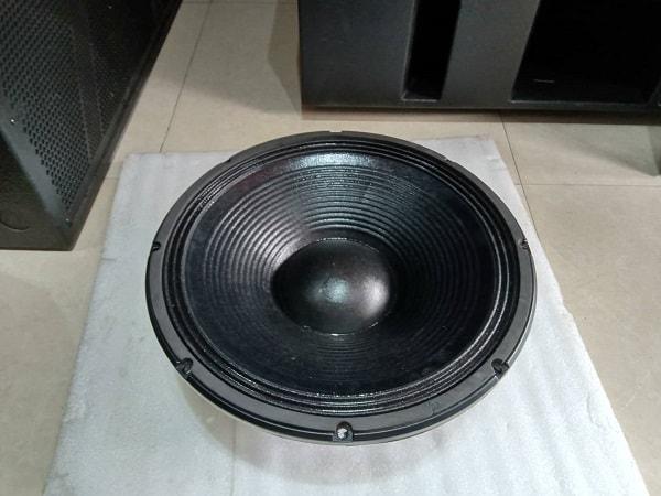 Chi tiết bass loa đen, đẳng cấp trên chiếc lao hội trường JBL 825 của Lạc Việt audio.