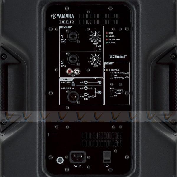 Mặt sau loa Yamaha DBR12 có đầy đủ thông số cơ bản
