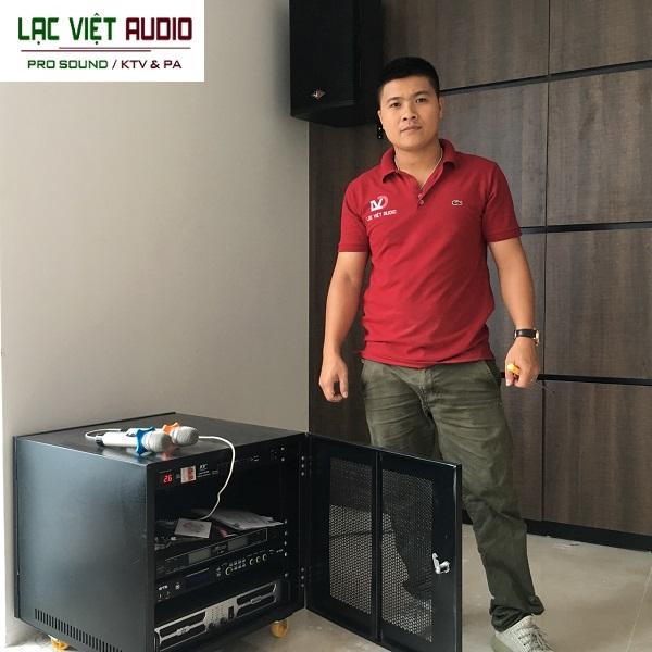 Kỹ thuật viên âm thanh Lạc Việt Audio lắp đặt hệ thống âm thanh tại phòng hội trường