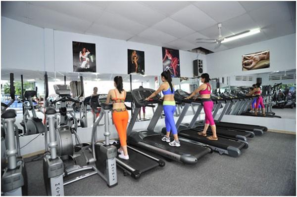 Loa treo tường trong phòng gym nữ