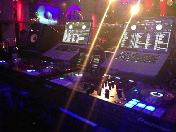 Mixer phục vụ âm thanh chuyên nghiệp