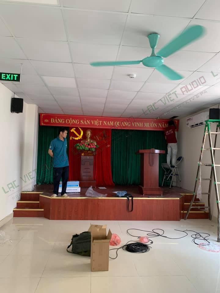 Kỹ sư âm thanh tại Lạc Việt Audio đang setup hệ thống