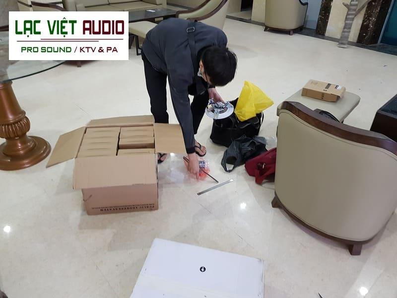 Nhân viên thi công lắp đặt sản phẩm