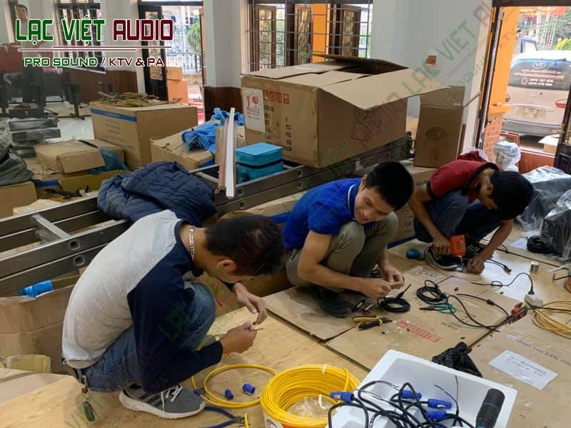 Các nhân viên của chúng tôi và khách hàng cùng nhau lắp đặt cho dự án rất vui vẻ