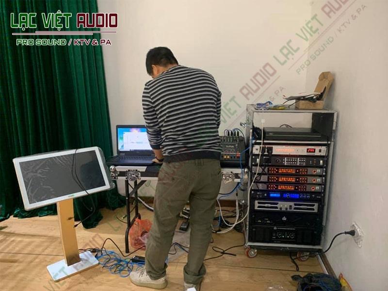 Nhân viên âm thanh của chúng tôi lắp đặt các sản phẩm