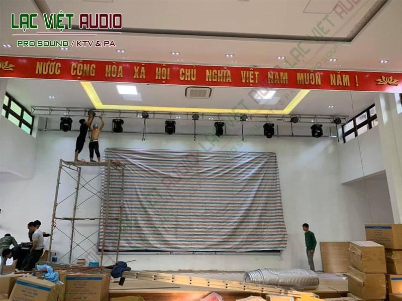 Tiến hành lắp đặt hệ thống đèn sân khấu
