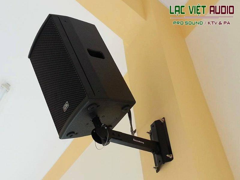 Một chiếc loa treo tường được Lạc Việt Audio lắp đặt