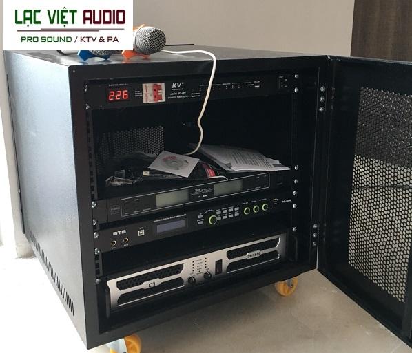 Các thiết bị được lắp đặt gọn gàng trong tủ điện 10U