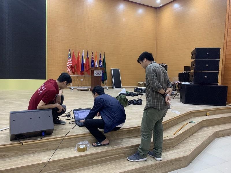 Nhân viên kỹ thuật Lạc Việt Audio đang hiệu chỉnh âm thanh