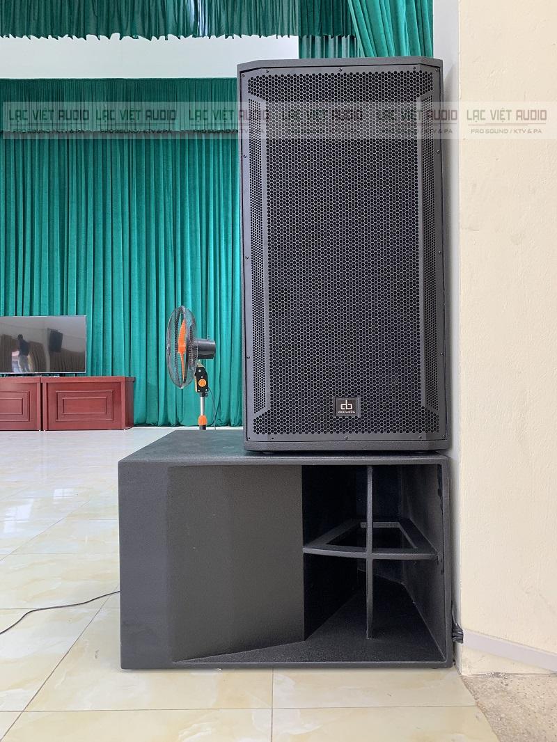 Loa sub và loa ful đặt trên sân khấu
