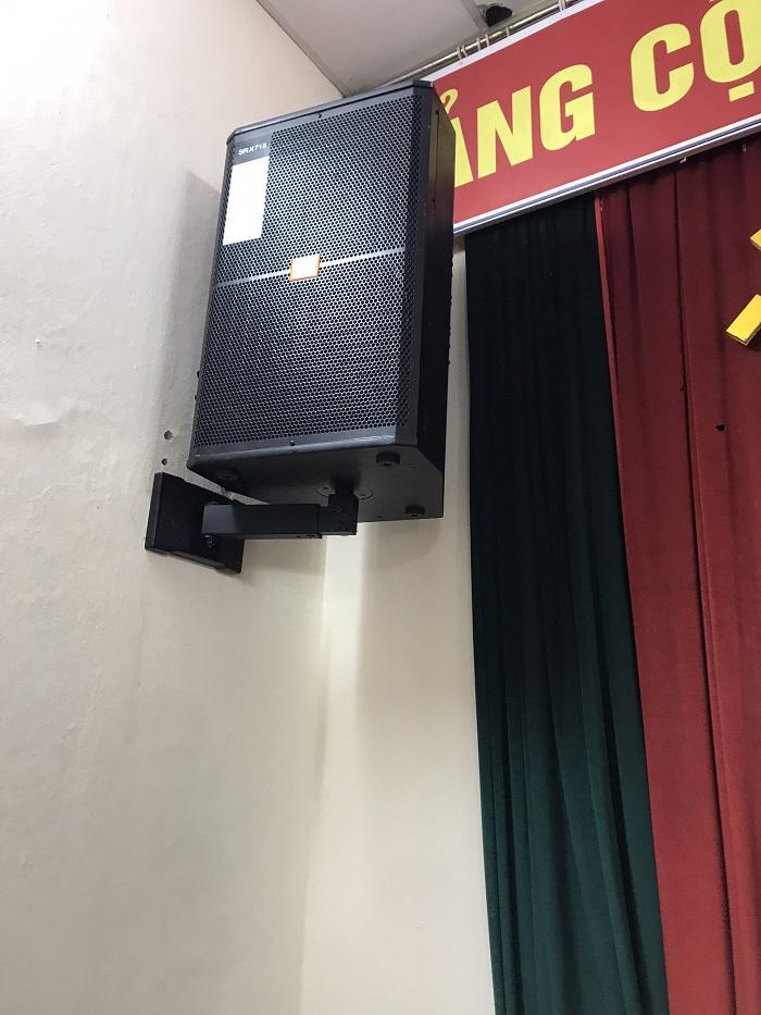 Loa hội trường JBL 715 trong bộ dàn được treo lên tường chuyên nghiệp