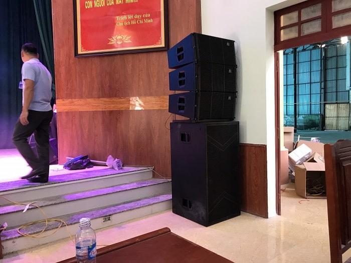 Hệ thống loa array và loa sub sân khấu được bố trí mang lại hiệu quả âm thanh lớn trong sử dụng