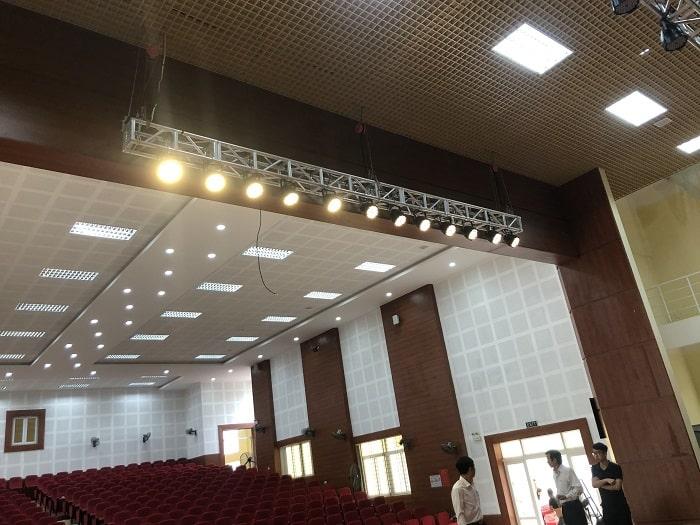 Hệ thống âm thanh và đèn sân khấu chuyên nghiệp