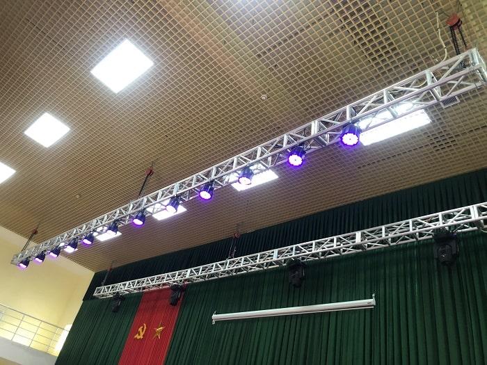 Nếu khách hàng muốn lên một cấu hình đèn cho sân khấu như hình thì khách hàng yêu cầu Lạc Việt có trong báo giá