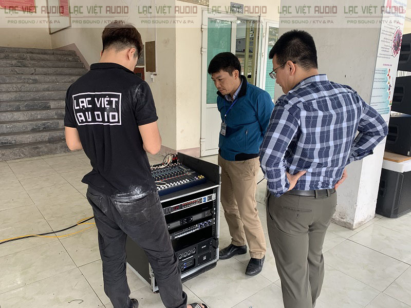 Nhân viên kỹ thuật hướng dẫn bàn giao công nghệ cho nhà trường