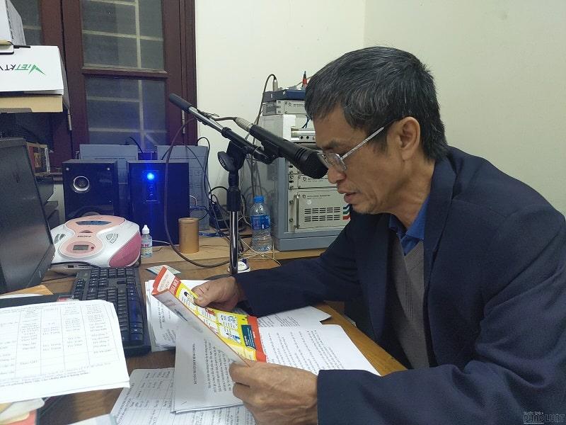 Người đọc thông tin cho hệ thống loa phát thanh của xã, phường