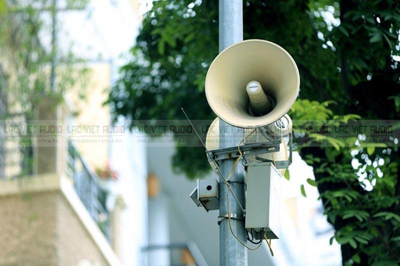 Loa phát thanh thường được treo trên cột điện cao