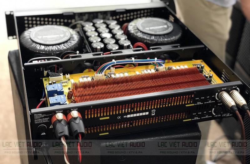 Phía sau cục đẩy công suất ATI A8550 là các cổng kết nối tiêu chuẩn