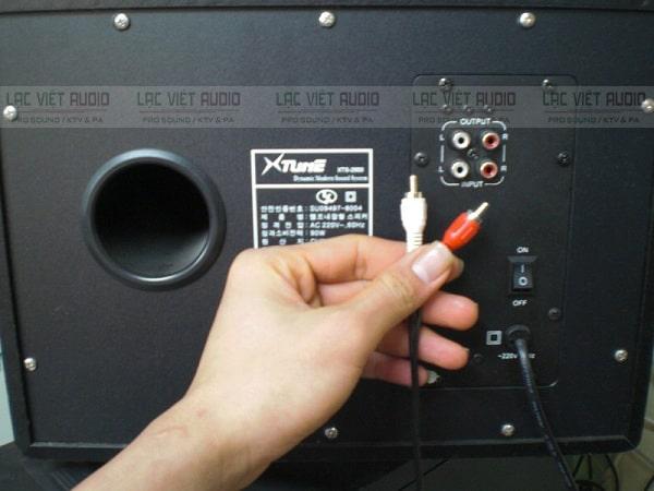 Cắm dây loa vào máy tính để có trải nghiệm âm thanh tốt nhất