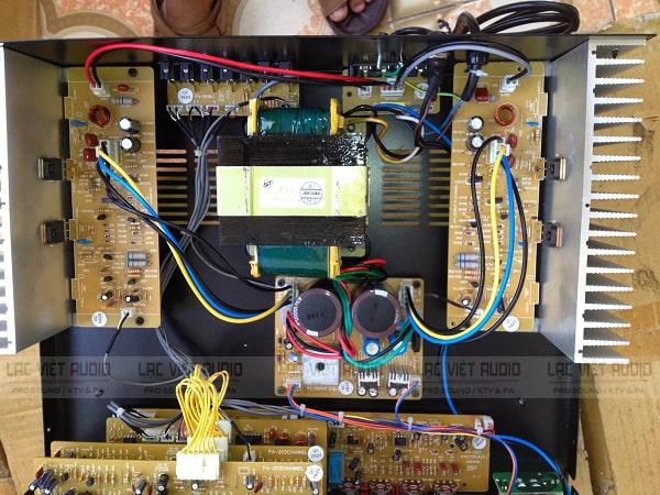 Loa bị kêu loẹt xoẹt mỗi khi kết nối với amply chứng tỏ amply đã có vấn đề