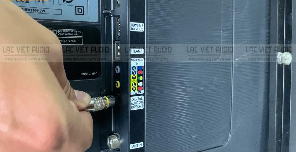 Cắm 1 đầu cổng optical vào tivi Samsung
