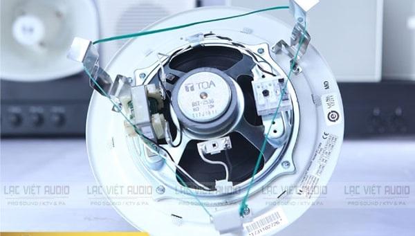 Thiết kế móc kẹp của loa âm trần TOA PC-2369 rất dễ dùng
